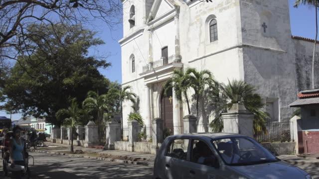 central square and church and traffic in santiago de las vegas cuba - las vegas crosses stock-videos und b-roll-filmmaterial
