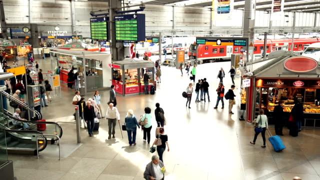 hauptbahnhof in münchen - bahnhof stock-videos und b-roll-filmmaterial