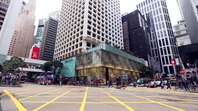 vidéos et rushes de centre de la ville avec une route très fréquentée au transport en commun dans la ville de hong kong - central district de hong kong