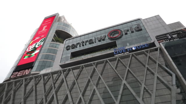 stockvideo's en b-roll-footage met centralworld shopping mall operated by central pattana pcl in bangkok thailand on tuesday june 19 2018 - elektronisch reclamebord