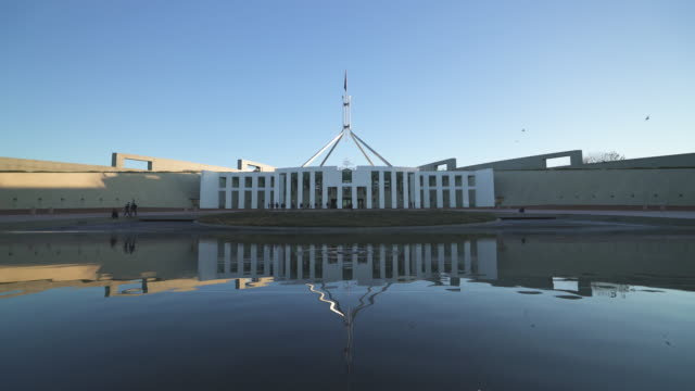 centred australian parliament house in canberra - regierungsgebäude stock-videos und b-roll-filmmaterial