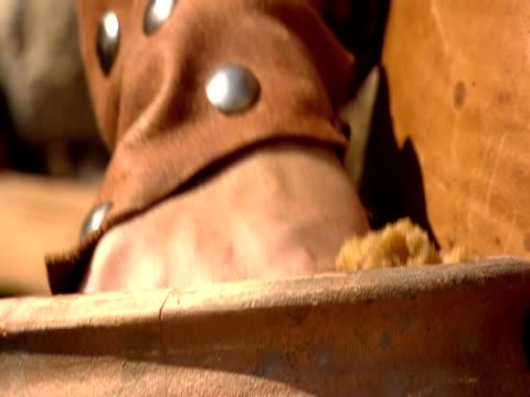 vídeos y material grabado en eventos de stock de a centurion squeezes a sponge during a reenactment of the crucifixion of jesus christ. - soldado romano
