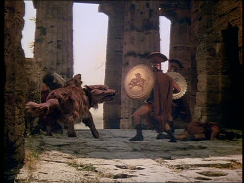 vídeos de stock, filmes e b-roll de 2 centurions attacking large 2-headed wolf - roman soldier