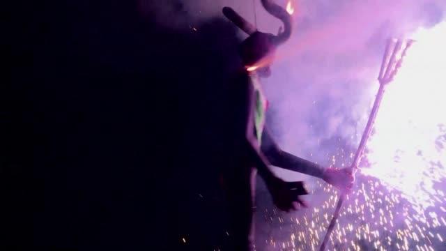 vídeos y material grabado en eventos de stock de century long tradition of burning judas during easter continues to attract mexicans who now set fire to figures of politiciens symbolising human evil... - judas