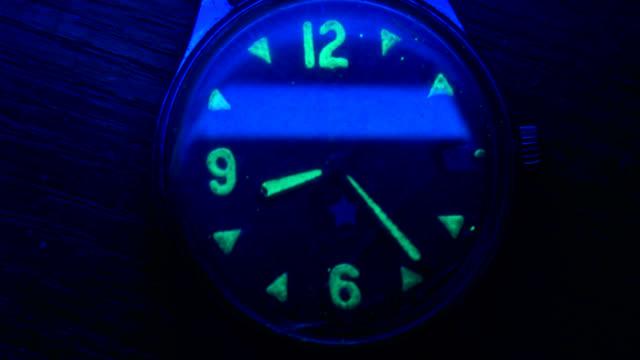 XX Jahrhundert leuchtende Militäruhr Zeitraffer