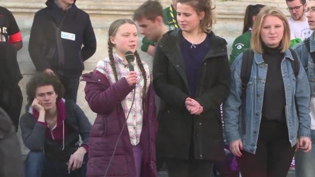 cerca de 200 jovenes marcharon por las calles de paris junto a la joven sueca greta thunberg reconocida militante contra el cambio climatico... - marching stock videos & royalty-free footage