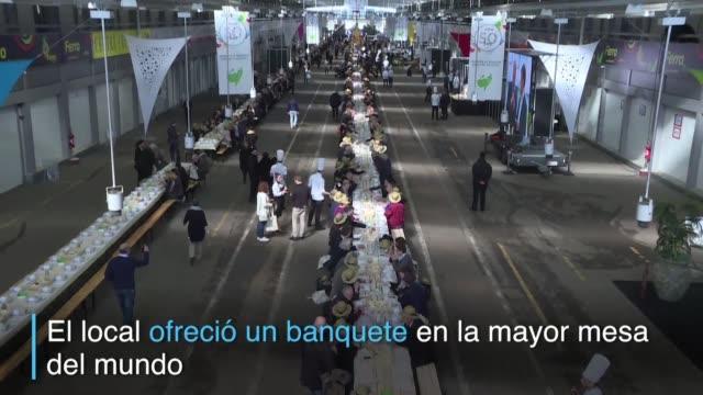 cerca de 2000 personas comieron y bebieron en el mercado de rungis cercano a paris para conmemorar el 50 aniversario del lugar - banquete stock videos & royalty-free footage