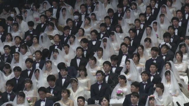 cerca de 6.000 parejas de 64 paises muchas con mascarillas sanitarias dijeron que si el viernes en corea del sur durante un matrimonio colectivo... - south korea couple stock videos & royalty-free footage