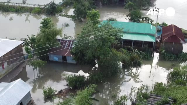 cerca de cuatro millones de personas se han visto afectadas por las inundaciones que han causado los monzones en el sur de asia según fuentes... - indonesia stock videos & royalty-free footage