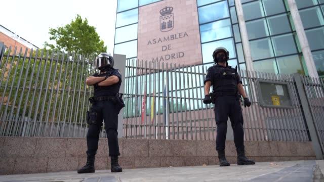 vídeos y material grabado en eventos de stock de cerca de un millón de habitantes de la región española de madrid se preparaban este domingo para la entrada en vigor el lunes de estrictas... - domingo