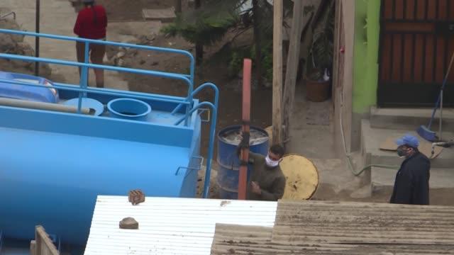 cerca de un tercio de los 10 millones de habitantes de lima, erigida en la desértica costa del pacífico peruano, debe enfrentar la pandemia de... - agua stock videos & royalty-free footage