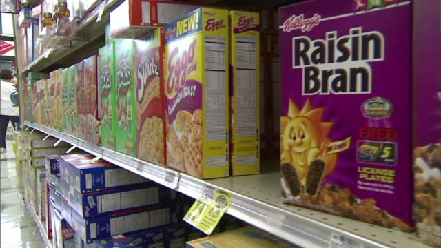 cereal boxes on display at grocery store - breakfast cereal stock videos & royalty-free footage
