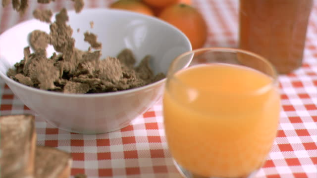 stockvideo's en b-roll-footage met cereals falling in super slow motion - tafelkleed
