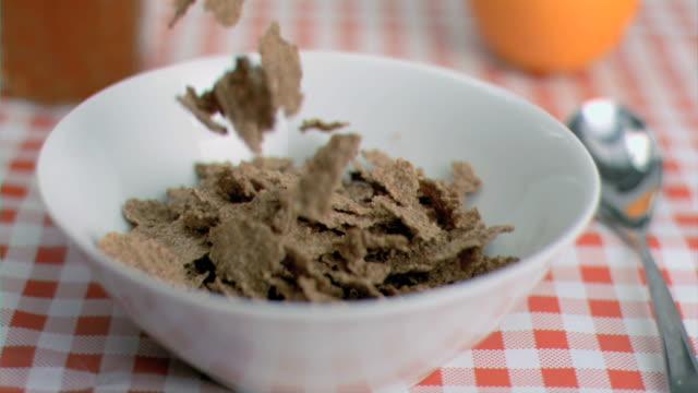 stockvideo's en b-roll-footage met cereals poured in super slow motion - tafelkleed