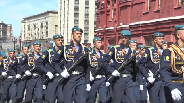 ceremonial unit soldiers attend the military parade to mark the 70th anniversary of victory in the 1941-1945 great patriotic war, in moscow, russia... - moskau stock-videos und b-roll-filmmaterial
