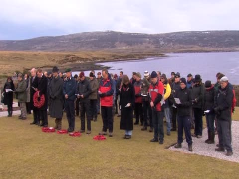 stockvideo's en b-roll-footage met a ceremony remembering the victims of the falklands war is held at a cemetery - atlantische eilanden
