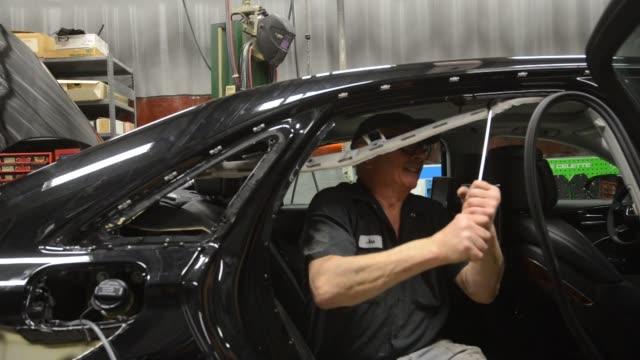 vidéos et rushes de certified aluminum auto body repair specialist, prepares to install a new aluminum quarter panel on a 2013 audi ag a8 l sedan at the ultimate paint... - voiture particulière