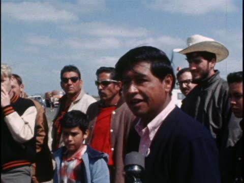 cesar chavez announces to a united farm workers gathering that their boycott has begun. - メキシコ系アメリカ人点の映像素材/bロール