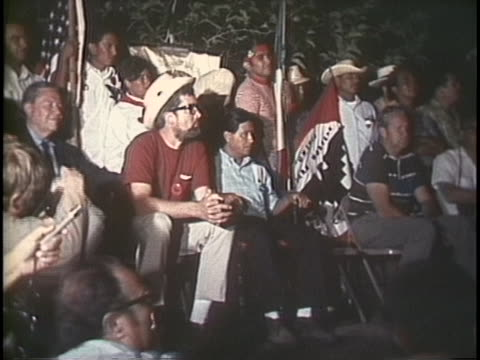 cesar chavez listens to ted kennedy speak at a united farm workers rally in 1969. - メキシコ系アメリカ人点の映像素材/bロール