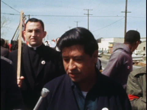cesar chavez states the position of the united farm workers during a march. - メキシコ系アメリカ人点の映像素材/bロール