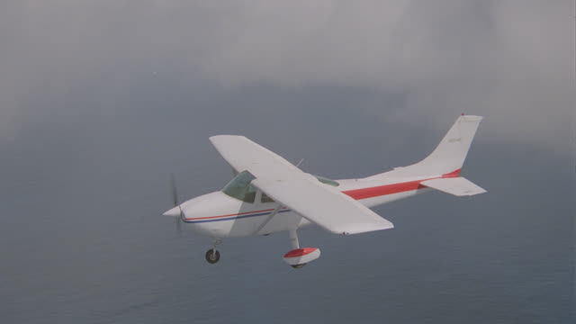 a-a cessna 172 r-l over ocean toward island (hawaii); 3 - takes - pazifikinseln stock-videos und b-roll-filmmaterial