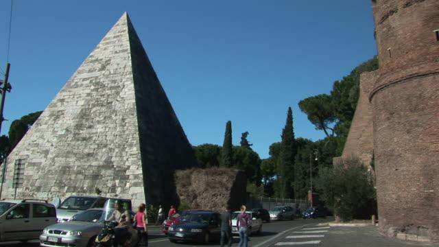 stockvideo's en b-roll-footage met pan cestius pyramid and aurelian city wall / rome, lazio, italy - breedbeeldformaat
