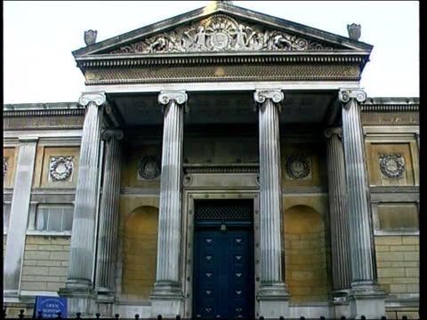 vidéos et rushes de oxford ext ashmolean museum entrance to museum stolen cezanne painting - oxford angleterre