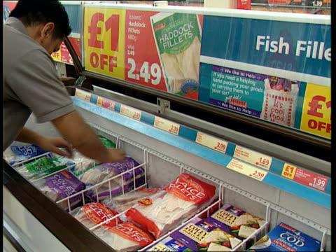 vídeos de stock e filmes b-roll de itn england supermarket man tidying display of food in freezers london inst of civil engineers environmental investigation agency pkf man adressing... - engenheiro civil