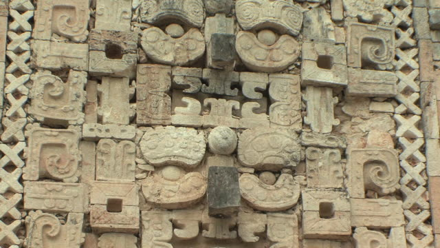 stockvideo's en b-roll-footage met cu zo ms chaacs, maya rain deity carvings on northern building of nunnery quadrangle at pre-columbian ruined city of maya civilization / uxmal, yucatan, mexico - traditie