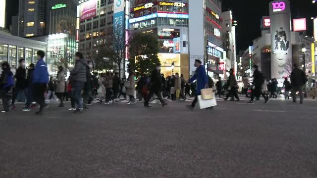 chain and shibuya crossing, tokyo, japan - walkable city stock videos & royalty-free footage
