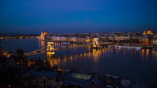 vídeos de stock, filmes e b-roll de chain bridge across the danube river hyperlapse timelapse of budapest, hungary, europe. - time-lapse - budapest