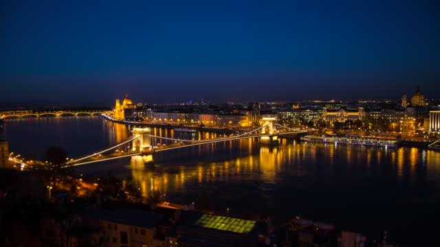 vídeos de stock, filmes e b-roll de chain bridge across the danube river hyperlapse timelapse of budapest, hungary, europe. - time-lapse - chain bridge suspension bridge