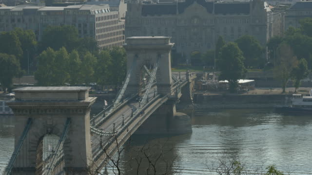 stockvideo's en b-roll-footage met kettingbrug en stadsgezicht van boedapest - chain bridge suspension bridge