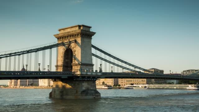 chain bridge - budapest - hungary - ponte con catene ponte sospeso video stock e b–roll