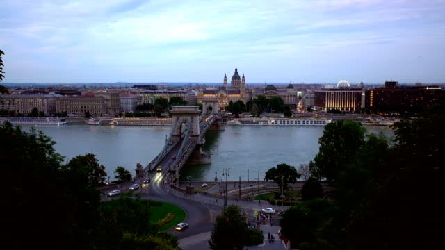 vidéos et rushes de pont de chaîne à budapest au coucher du soleil - pont à chaînes pont suspendu