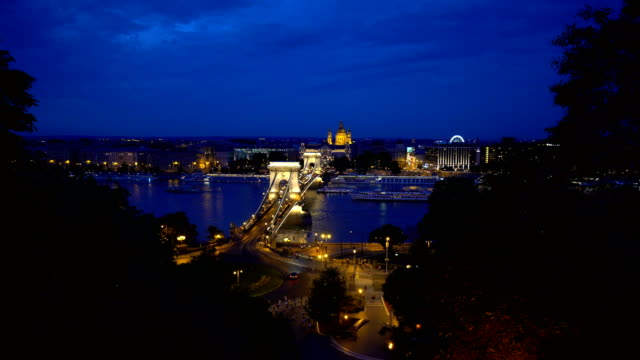 vídeos de stock e filmes b-roll de chain bridge in budapest at sunset - ponte széchenyi lánchíd