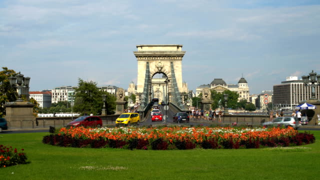 chain bridge in budapest, time lapse - széchenyi chain bridge stock videos & royalty-free footage