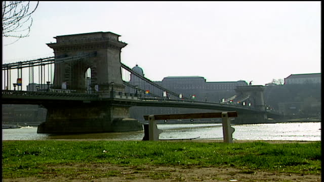 chain bridge in budapest - chain bridge suspension bridge stock-videos und b-roll-filmmaterial