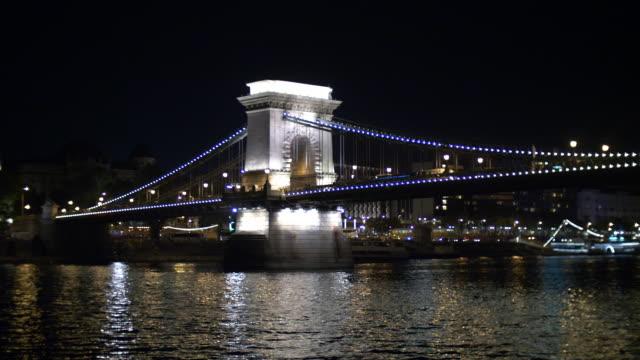 vidéos et rushes de pont des chaînes dans le fleuve de danube dans la nuit - pont à chaînes pont suspendu