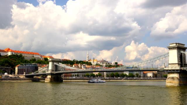 ブダペスト市内のドナウ川に架かる鎖橋 - ハンガリー文化点の映像素材/bロール
