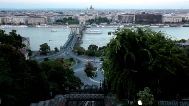 鎖橋の上にあるドナウ川のブダペスト - 鎖橋点の映像素材/bロール
