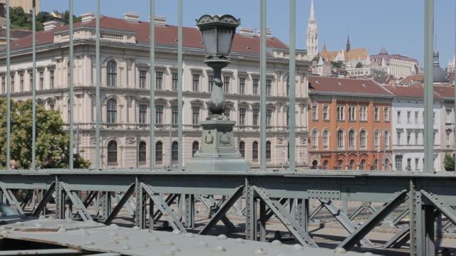 vidéos et rushes de chain bridge szechenyi lamchid & hungarian nation gallery, budapest, hungary, europe - pont à chaînes pont suspendu