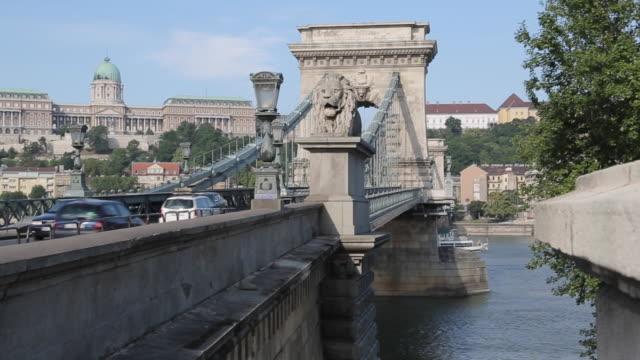 vídeos de stock e filmes b-roll de chain bridge, szechenyi lamchid, river danube, budapest, hungary, europe - ponte das correntes ponte suspensa