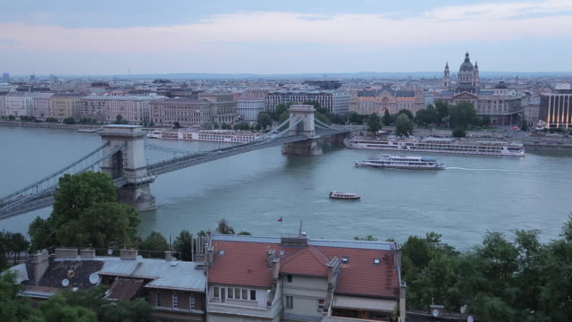 stockvideo's en b-roll-footage met chain bridge szechenyi lamchid, & river danube from castle hill district, budapest, hungary, europe - kettingbrug hangbrug