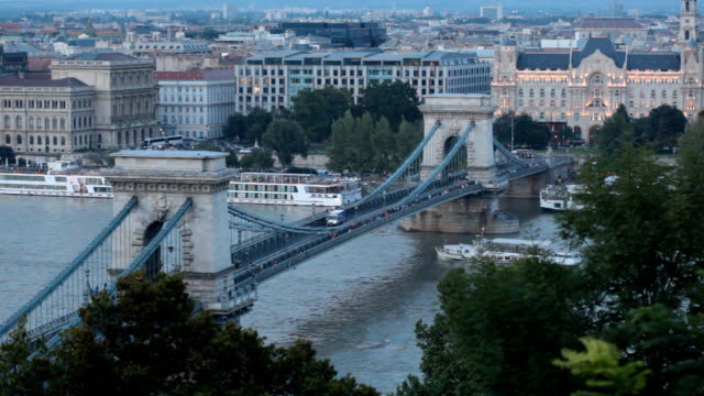 chain bridge - chain bridge suspension bridge stock-videos und b-roll-filmmaterial