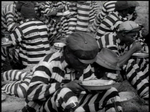 1938 ha chain gang eating / georgia, usa - 鎖点の映像素材/bロール