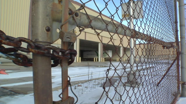 cu, chain link fence surrounding closed general motors auto assembly plant, lansing, michigan, usa - lansing stock-videos und b-roll-filmmaterial