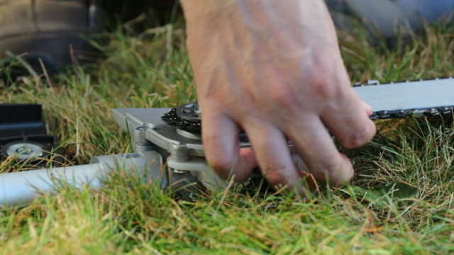 stockvideo's en b-roll-footage met chain of a chainsaw around the drive sprocket. - sprocket