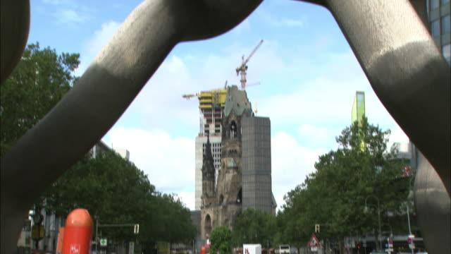 vídeos y material grabado en eventos de stock de a chain sculpture decorates a plaza near the memorial church in berlin. - iglesia conmemorativa del emperador guillermo