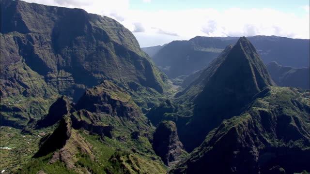 vídeos de stock, filmes e b-roll de chaine de montagne à la réunion - ilha da reunião